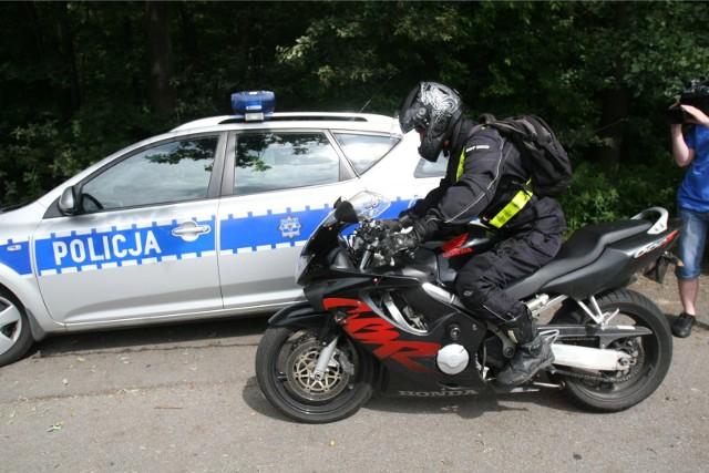 By kierować motocyklem po drogach potrzeba uprawnień. Nie każdy o tym pamięta