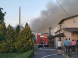 Pożar odlewni żeliwa w Dobramyśli w gminie Osieczna. Z ogniem walczyło dziesięć zastępów straży