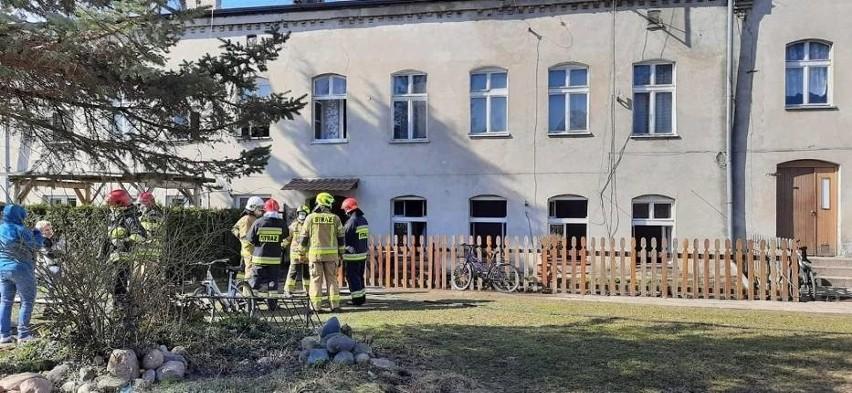 Pożar w Cedrach Wielkich 23.03.2021 r. Zaczęło się od pralki, potem zajęła się ściana i sufit