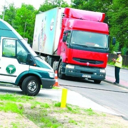 Inspektorzy ruchu drogowego mają prawo zatrzymać na ulicy do kontroli każdego TIR-a. Jeśli ma być ona bardziej drobiazgowa, muszą to zrobić w specjalnym punkcie. W Łomży są takie dwa.