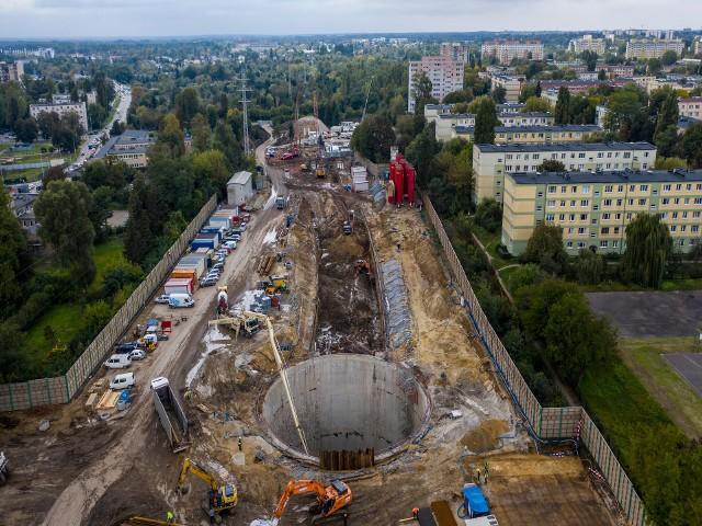 Na budowie tunelu średnicowego w Łodzi widać szyb komory startowej dla dużego TBM, który wydrąży tunel do Łodzi Fabrycznej