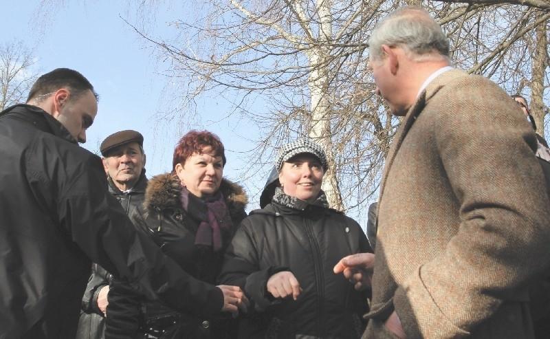 Przed meczetem w Kruszynianach księcia Karola witały tłumy....
