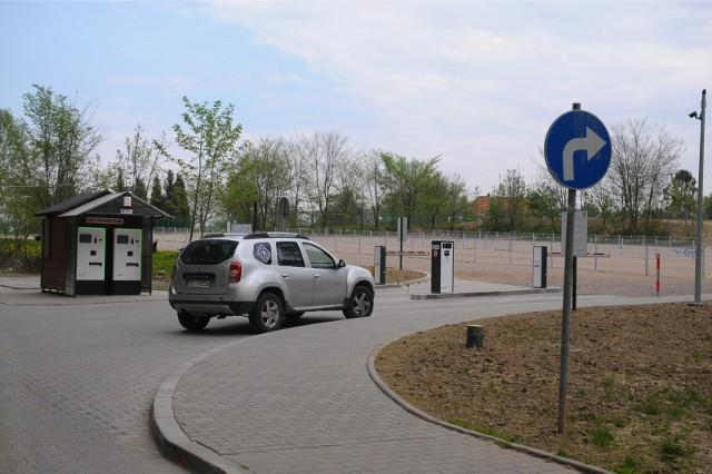 Parking pod krakowskim zoo. Teraz za opłatę za postój, bez dodatkowych opłat dojedziemy autobusem MPK do zoo