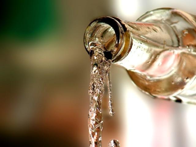 Zdrowy człowiek w takie upały powinien wypić około dwóch litrów, czyli około ośmiu szklanek