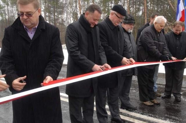 Otwarcie KN4 w KostrzynieKN4 - taką nazwę nosi otwarta 21 grudnia nowa ulica w Kostrzynie. - Nazwa jest robocza, na pewno w przyszłości zostanie zmieniona - mówi Artur Malec, prezes K-SSSE (drugi od lewej).