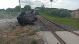 Groźna kolizja w regionie. Seat wjechał pod pociąg
