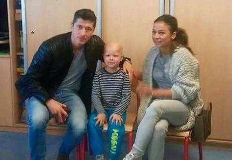 Robert i Anna Lewandowcy odwiedzili Mikołajka, gdy przebywał w Centrum Zdrowia Dziecka.