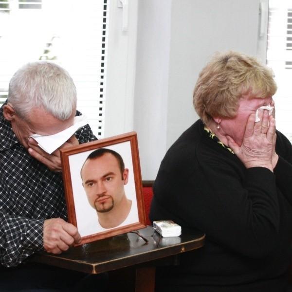 """Rodzice płakali przez całą rozprawę. Ich syn zdążył powiedzieć: """"Umieram..."""" i zmarł. Zabił go Mariusz D."""