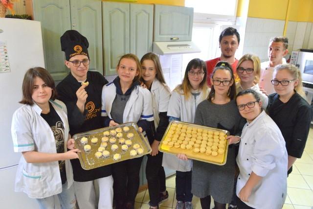 Ciasteczka alfajores upieczone przez młodzież szybko znikały. W kuchni pomogła młodzież ze szkoły przy ulicy Jasnej w Kielcach.
