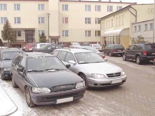 Zapchana ulica Mickiewicza w Białogardzie. Na parkingu obok, za który trzeba zapłacić 3 zł, jest pusto. Mieszkańcy uważają, że zbyt duzo trzeba płacić.