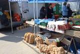 Krzeszowice. Więcej możliwości handlu. Na targowisku są stragany z żywnością, ubraniami, meblami