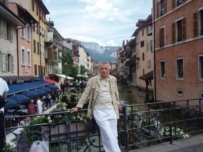 Prof. Józef Dziopak nad kanałem rzecznym w Annecy we Francji