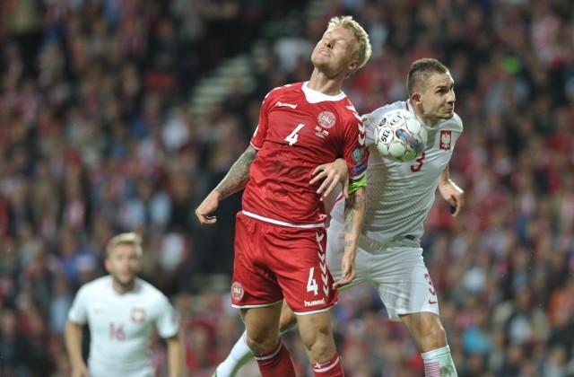 Simon Kjær walczy o piłkę z Arturem Jędrzejczykiem