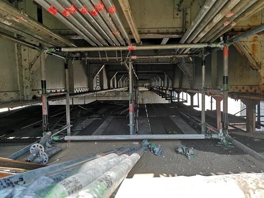 Remont mostów Pomorskich trwa na i pod mostami (ZOBACZ)