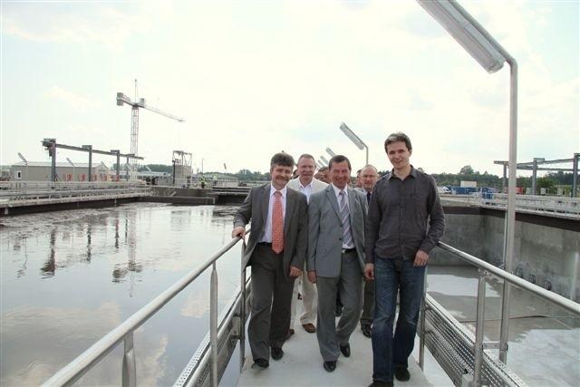 prezes Wodociągów Kieleckich, Henryk Milcarz (w środku) oprowadza marszałka Adama Jarubasa (z prawej) oraz przewodniczącego Rady Miejskiej w Kielcach Krzysztofa Słonia (z lewej) . Fot. A. Piekarski