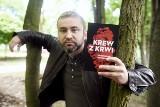 """Zielonogórzanin Przemysław Piotrowski sprzedaje dziesiątki tysięcy swoich kryminałów. Ten najnowszy – """"Krew z krwi"""" - zaskoczy czytelników!"""