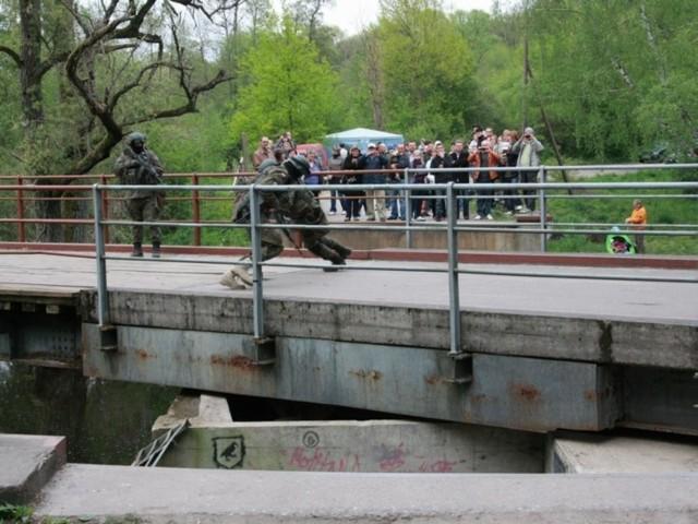 Seminarium zakończyło obracanie mostu fortecznego na kanale Obry w  Starym Dworku.