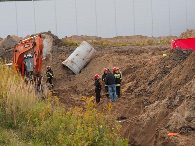 Do tragicznego wypadku doszło dziś w Łodzi przy ul. Olechowskiej 87/89. W miejscu, gdzie budowana jest kanalizacja deszczowa, ziemia przysypała czterech robotników. Dwóch z nich nie udało się uratować. ZDJĘCIA na kolejnych slajdach >>>