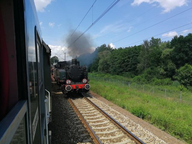 Wyścig parowozu z lokomotywą we Wrocławiu.
