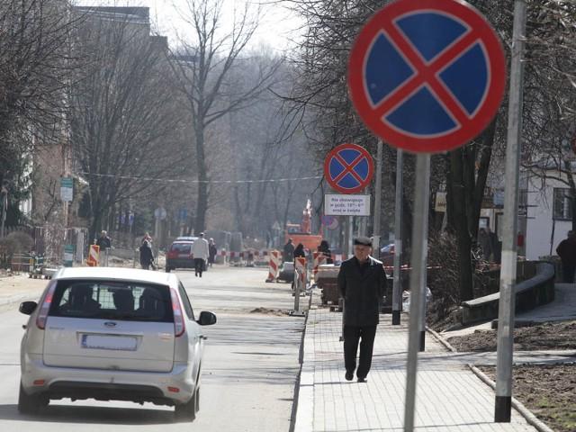 Kierowcy przyzwyczaili się, że na ulicy Wesołej można było zostawiać auta. Od niedawna stoją tu znaki zakazu zatrzymywania się i postoju.