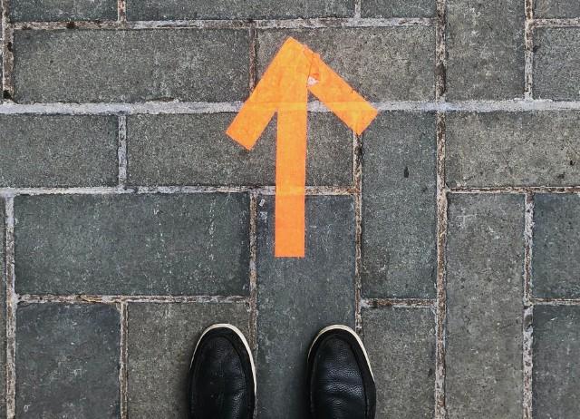 Nagła utrata dobrej pracy to duża dawka niepewności, która może poważnie zachwiać poczuciem wartości. Nagle zaczynamy postrzegać siebie inaczej i nie potrafimy zawalczyć o nową posadę. Jak sobie z tym radzić?