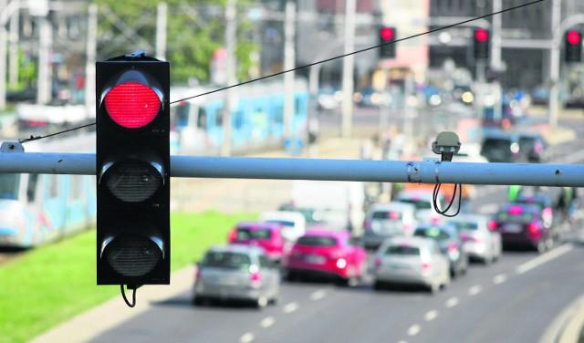 Za przejazd na czerwonym świetle kierowca może zostać ukarany mandatem w wysokości od 300 do 500 zł. Dostanie także sześć punktów karnych. Lepiej więc nie ryzykować i przestrzegać przepisów