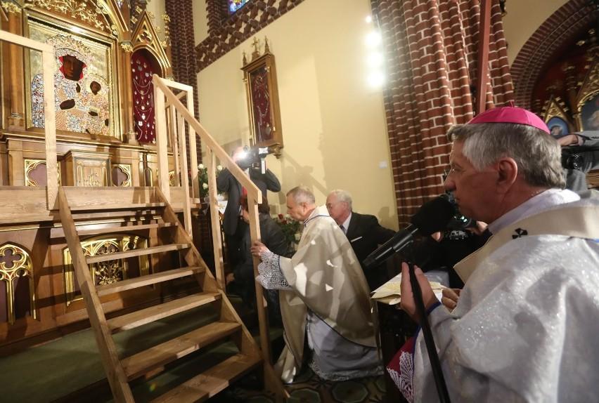 Abp Andrzej Dzięga sugeruje, że w kościele nie można się zarazić, bo wody święconej boi się diabeł