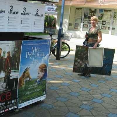 Przed Miejskim Ośrodkiem Kultury już wiszą plakaty zachęcające do obejrzenia filmów.
