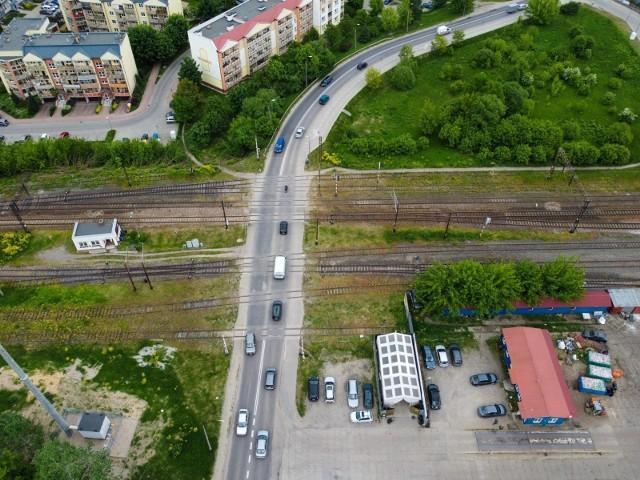 Jesienią przejazd przez ul. Popiełuszki przejdzie remont, ale bezkolizyjna przeprawa przez tory będzie możliwa dopiero po wybudowaniu wiaduktu