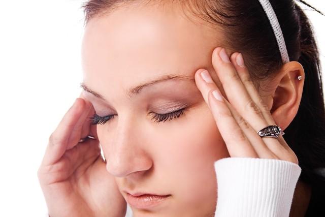 Zawroty głowy są niespecyficzną przypadłością, która może towarzyszyć różnym chorobom, począwszy od zwykłego przeziębienia, przez migrenę, aż po raka mózgu. Nawracającej dolegliwości nie należy bagatelizować!