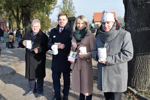 Kwestowała m.in. poseł-elekt Magdalena Łośko w otoczeniu radnych: (od lewej) Grzegorza Kaczmarka, Patryka Kaźmierczaka i Jacka Bętkowskiego
