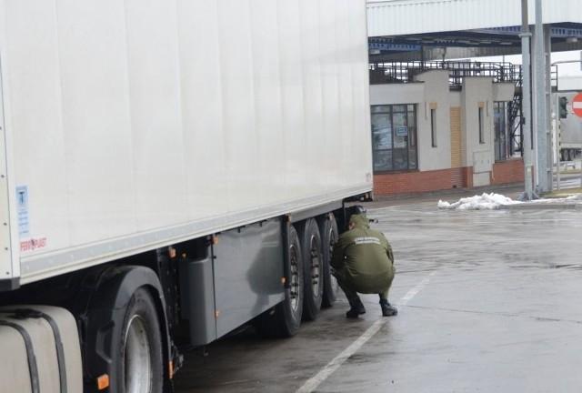 Pogranicznicy nie dopuścili do wyjazdu z Polski kradzionej naczepy