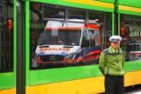 Wypadek na ul Jana Pawła II w Poznaniu - tramwaj zderzył się z samochodem. Strażacy musieli rozciąć drzwi, by wydostać rannego kierowcę