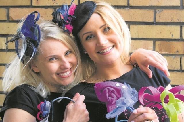 Agnieszka Narel-Zakrzewska (z lewej) i Magdalena Brzostowska przekonują, że w toczku jest do twarzy każdej kobiecie