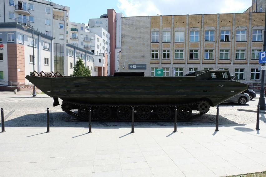 Amfibia PTS-M w centrum Białegostoku. Ciężki sprzęt wojskowy...