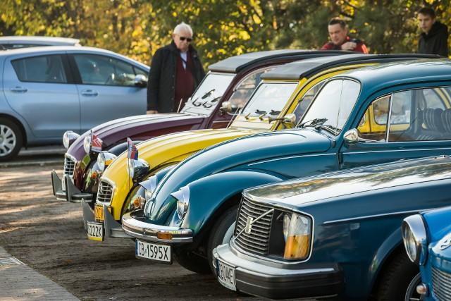 W niedzielnej (10.10) kawalkadzie aut podczas Klasycznego Pożegnania Lata 2021 w Bydgoszczy wprawne oko znawcy wyłapywało przepięknie odrestaurowane citroeny 2CV, volkswageny garbusy, poczciwe maluchy, fiaty - w tym nawet w barwach milicji z czasów PRL-u, nie zabrakło także samochodów amerykańskich.