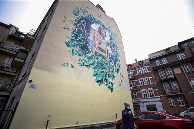 Mural przedstawiający Krystynę Bochenek w centrum Katowic