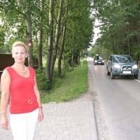 - Droga jest tutaj wyjątkowo wąska, a ruch jak w Warszawie - mówi Jolanta Ułanowicz. - Nie możemy pozwolić, aby pod kołami rozpędzonych aut ginęły nasze dzieci.