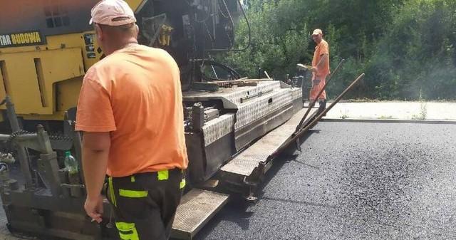 Na drodze Sucha - Kamień jest układany nowy asfalt. Uwaga kierowcy, są utrudnienia w ruchu.