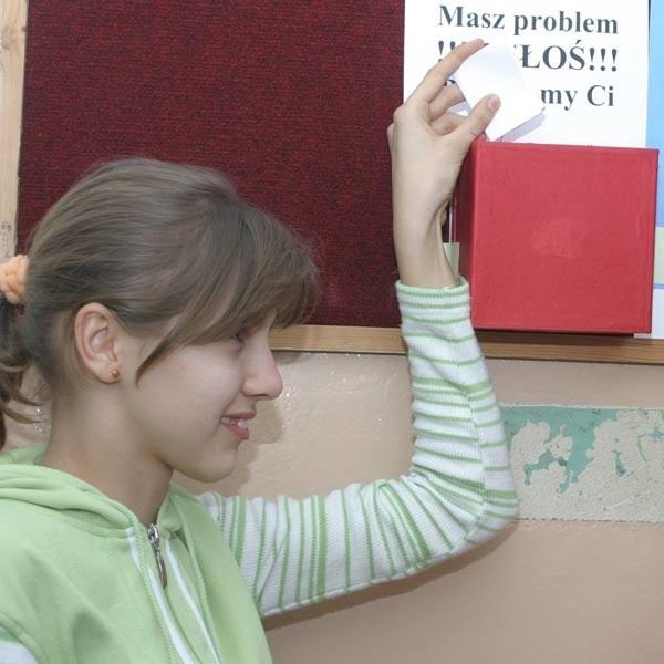 Uczniowie chętnie korzystają ze skrzynki, do której wrzucają karteczki z problemami, które przeżywają lub widzą.