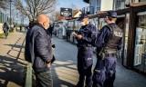 2 300 wykroczeń i 1 300 mandatów – policja podsumowała weekend na Pomorzu. Interwencji związanych z COVID-19 nie brakowało. 10-11.04.2021 r.