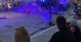 """Wadowice. Były poseł zgorszony spektaklem plenerowym przed papieską bazyliką. Zarzut? Autor sztuki to noblista i """"lewak"""" [WIDEO] 9.08.2021"""