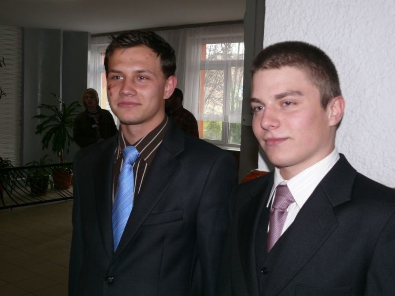 Wolontariusze, Przemysław Szwagierczak (z lewej) i Michał Rogala uczestniczyli w zbiórce żywności.