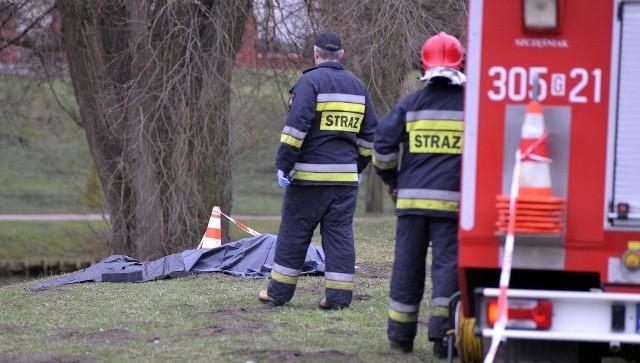 Utonięcie było przyczyną śmierci 49-latki z Bałut, której ciało wyłowiono ze stawu przy ASP (u biegu ul. Spornej i ul. Wojska Polskiego). Makabrycznego odkrycia dokonał znajomy kobiety w godzinach porannych 15 grudnia. Czytaj więcej na następnej stronie