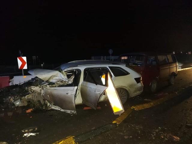 Szczuczyn. Wypadek na S 61. Limuzyna uderzyła w ciężarówkę i przewróciła przyczepę