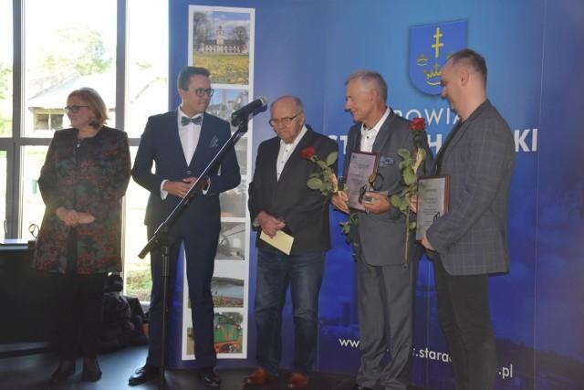 Starosta starachowicki Piotr Babicki z laureatami nagrody