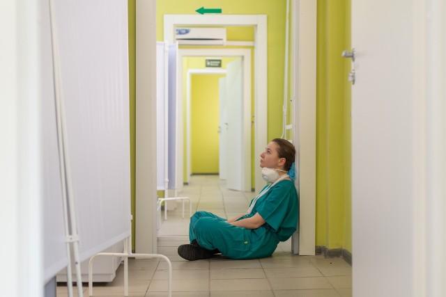 Sprawdziliśmy, ile zarabiają pielęgniarki z różnym stażem pracy. Poprosiliśmy o podanie kwot wynagrodzeń zasadniczych wraz z dodatkami liczonymi jako pochodne od wynagrodzenia zasadniczego oraz z dodatkami za dyżury Ogólnopolski Związek Zawodowy Pielęgniarek i Położnych.  Oto prawdziwe zarobki pielęgniarek i położnych.