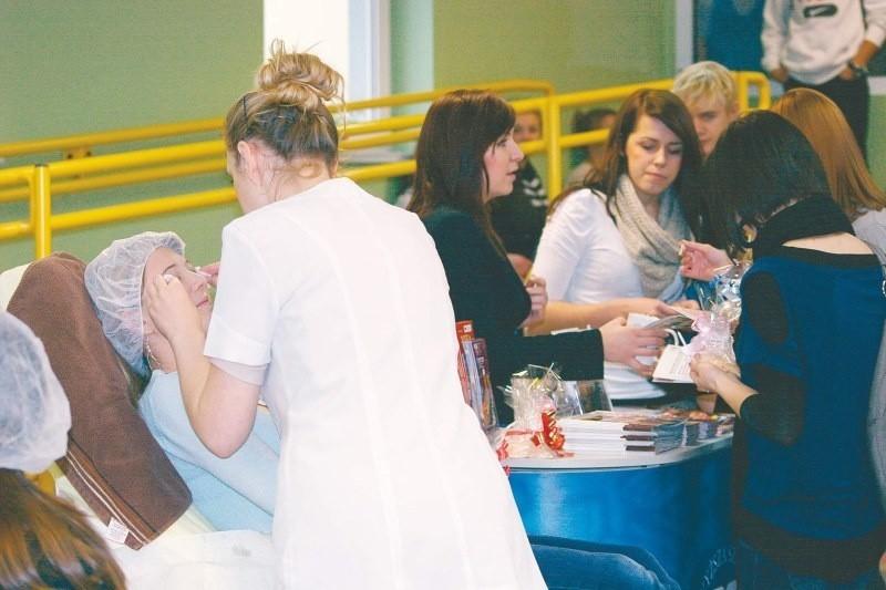 14 grudnia PWSZ i jej instytut kosmetologii gościł w Zespole Szkół Ogólnokształcących w Strzelcach Opolskich. Do skorzystania z oferty zrobienia sobie makijażu czy zabiegu pielęgnacyjnego na dłonie chętnych nie brakowało.