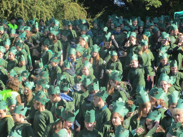 Setki ludzi przebranych za drzewa w Gołuchowie