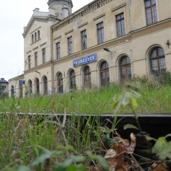 Ostatni pociąg pasażerski odjechał stąd 3 kwietnia 2000 roku. Pisaliśmy na łamach nto o tym wydarzeniu. Dziś tory porasta trawa.